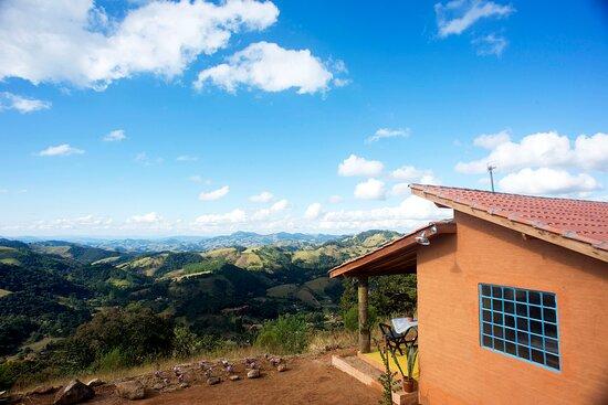 Corrego do Bom Jesus, MG: Vista panorâmica da casa e o mar de montanhas ao fundo
