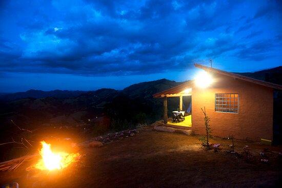 Corrego do Bom Jesus, MG: Vista externa noturna de frente para o nascer da lua. Excelente lugar para curtir uma fogueira nas noites frias.