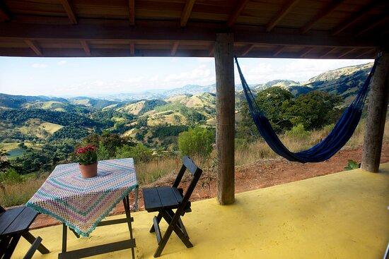 Corrego do Bom Jesus, MG: Área externa com rede e mesa para refeição. A vista é um brinde para os olhos.