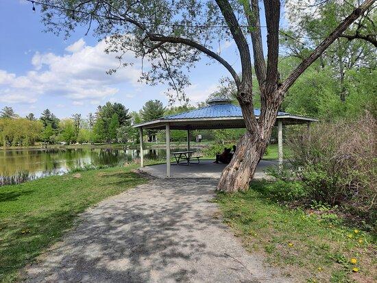 un kiosque près du lac