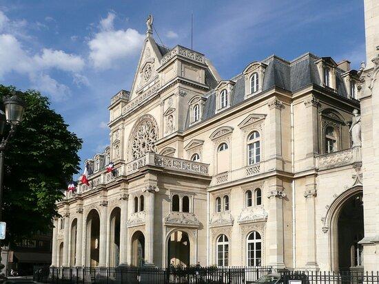 Le bâtiment est l'œuvre de l'architecte Jacques Ignace Hittorff. Il fut construit entre 1857 et 1860.