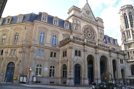 La mairie du 1er arrondissement fut créée suite à la formation de la place du Louvre devant la Colonnade. Elle s'inspire de sa voisine, l'église Saint-Germain l'Auxerrois.