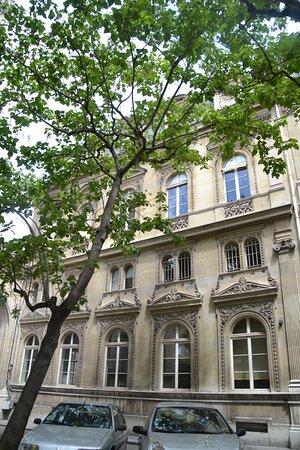 façade donnant sur le parking situé entre la mairie et l'église.