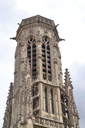 Le dernier étage du beffroi présente une forme octogonale. la décoration est riche et variée. Parmi les statues, nous pourrions voir saint Landry, saint Denis, le roi Childebert, Clovis...