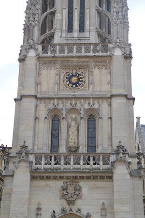 Au 1er étage, deux fenêtres en ogive encadrent un niche avec statue.