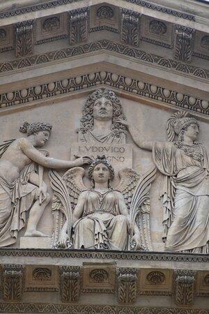 Minerve, des Muses et une Victoire couronne un buste de Louis XIV. A l'origine, il s'agissait d'un buste de Napoléon III. Il fut modifié à la demande de Louis XVIII.