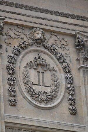 Les doubles L de Louis XVIII ont remplacé les N impériaux, sauf que le sculpteur a oublié d'ôter l'abeille.