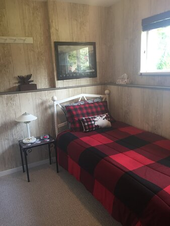 Canadiana Room - single bedroom - twin bed, Mountain and Glacier View