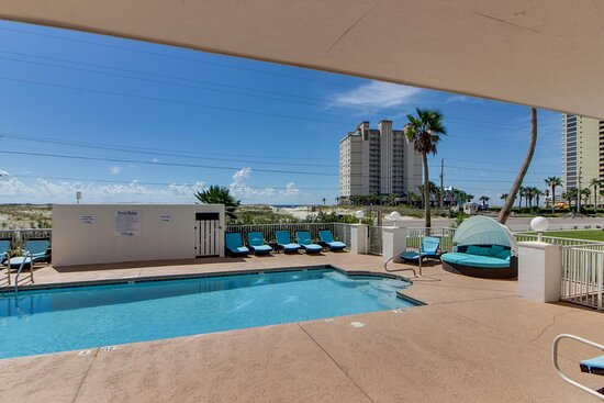 Gulf Shores, AL: Downstairs pool with lounge seating