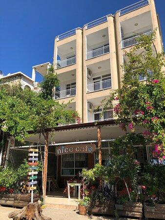 Balkonlar harika bir manzaraya bakıyor ancak manzara değil bence samimi ve sıcak bir işletmeciyle alakalı memnuniyetimiz. Yolu Anamur'a düşecek herkesin şiddetle bu sıcak aile otelini ziyaret etmelerini tavsiye ediyorum.