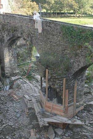 Pont du Moulin à Eau de Saucède. Vue 9. Pilier du Pont avec Restauration 15 Sept. au 8 Oct. 2016. Belle Réussite ! 15 Anglais, 15 Français, ont Sauvé Le Pont en Péril ! Réf. Photo Jean Capdevielle. Saucède 64400.