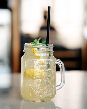 Грушевый лимонад, грин физ, минт тоник — от одного только взгляда на эти напитки становится чуть прохладнее… И ты будто переносишься в ближайшие выходные и оказываешься на нашей летней веранде ✨ ⠀ 206-70-76 — забронировать столик