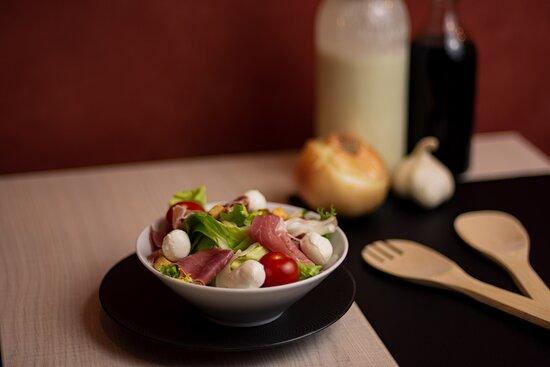 Salade Biarritz  - Salade mélange, billes de mozzarella, jambon cru, tomates cerises, croutons.