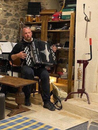 Saint-Nazaire-de-Ladarez, Frankrike: Värden bjuder upp till sång och dans