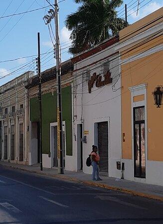 El antiguo local quedó como panadería y el de color verde es ahora el negocio. Venden café y pan.