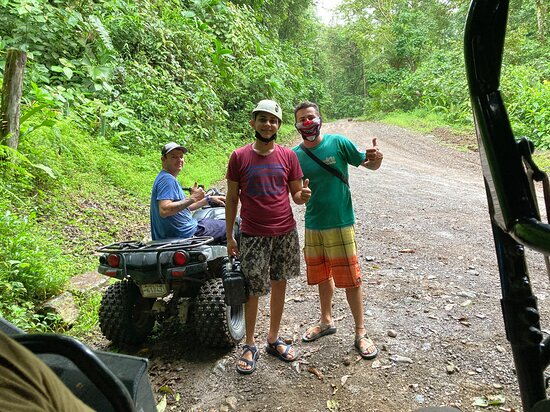 Naranjito, Costa Rica: Our Zipline crew... Very patient and great to work with for those who have Never done such!  Thank you all!  You were delightful!