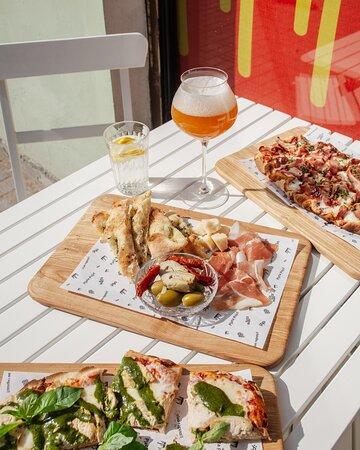 Римская пицца и бокал холодного сидра - то, что нужно для настоящего удовольствия