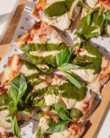 """Ломтики запеченной курицы под домашним песто и все это на хрустящей римской лепешке - это наша пицца или """"кусочек Рима""""."""