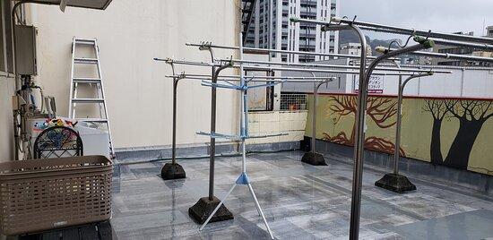洗濯干し場。喫煙も屋上。