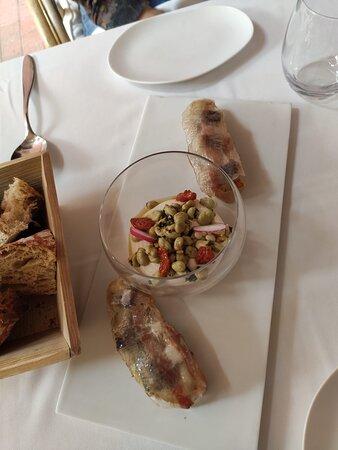 Hummus de haricots ganxet avec salade de fèves, menthe et noisette, Coca de sardine fumée, aubergine et pancetta