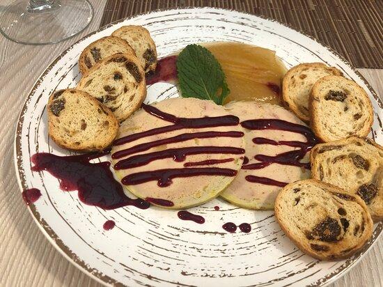 Foie micuit con pan de especias y compota de manzana