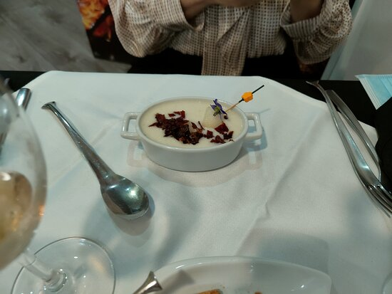 Almeria, İspanya: Sopa de melón Cochinillo  Magret de pato Paté de perdiz