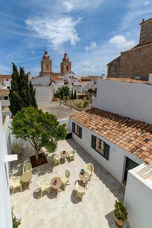 El hotel dispone de una auténtico patio de estilo menorquín con vistas al corazón de Menorca.