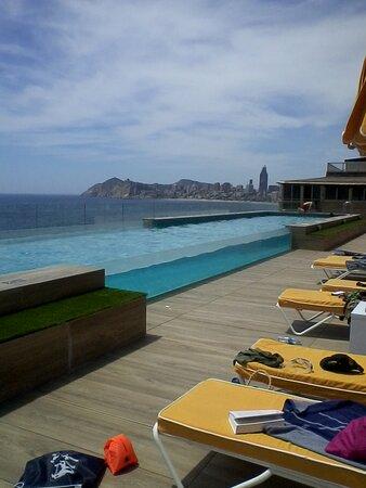 Fantástica piscina y sus vistas en la 5ª planta.
