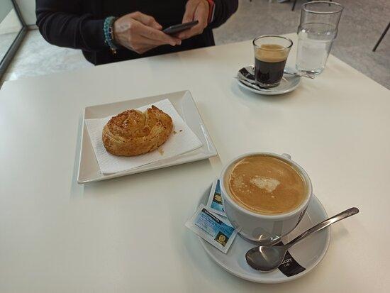 Cafés y pasta de desayuno.