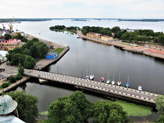 Выборг. Вид на Крепостной мост и Выборгский залив со смотровой площадки на башне Олафа.