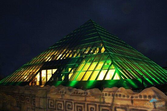 Döbern, Deutschland: Cristalica Pyramide by Night