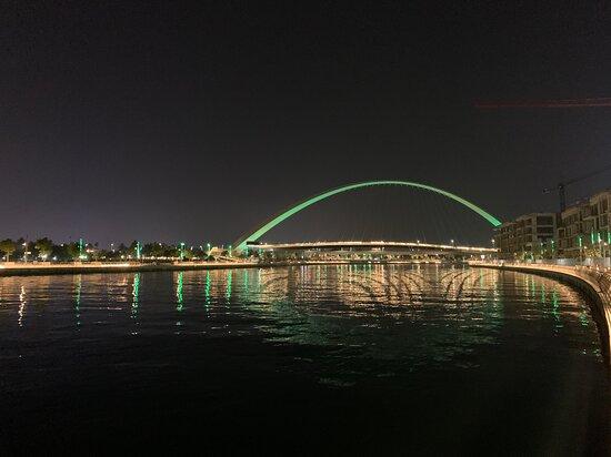 Le long du canal, vue de nuit