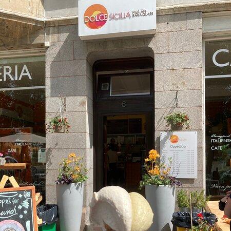 Lite stort Italien och sicilianska  i Malmö.  Färsk pasta var fantastisk.  Bra service, Francesco ägaren är en mycket vänlig person.  Focaccia var mycket bra och glassen mycket bra.   Toppen espresso caffè Jag rekommenderar det till alla.  Fantastisk . 🔝🔝🔝🔝🇮🇹