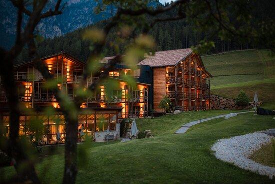 Unsere Wanderführer begleiten Sie täglich auf eine Wandertour in die Dolomiten. Von einfachen bis schwierigen Wanderungen ist für jeden das passende dabei - Picture of Cyprianerhof Dolomit Resort, Tiers - Tripadvisor