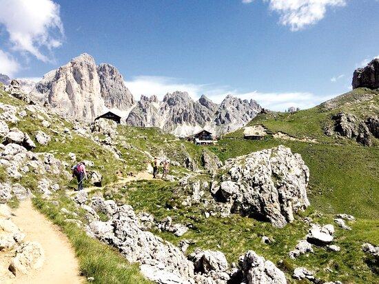 Unsere Wanderführer begleiten Sie täglich auf eine Wandertour in die Dolomiten. Von einfachen bis schwierigen Wanderungen ist für jeden das passende dabei