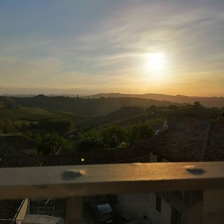cena al tramonto con vista su Barbaresco