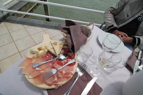 antipasto di salumi e formaggi