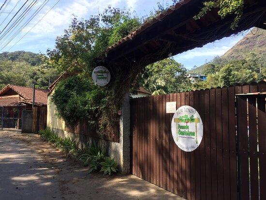 Portão de entrada da pousada.