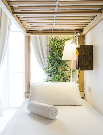Shared rooms equipped with reading light, Shelf and universal power sockets