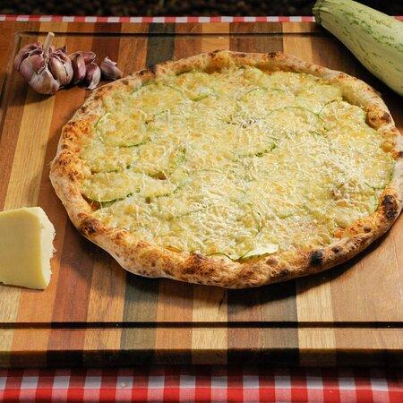Pizzas feitas com massa de longa fermentação e ingredientes de qualidade.  Nosso molho é feito com  tomates pelados, sem conservantes e a massa fica pelo menos 24h em temperatura controla, deixando ela bem leve e com alvéolos (bolhas de ar).