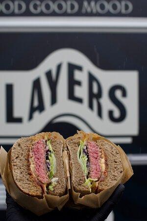 """Layers, qui singifie """"les couches"""" représente bien nos burgers, surtout lorsqu'ils sont coupés en deux !"""