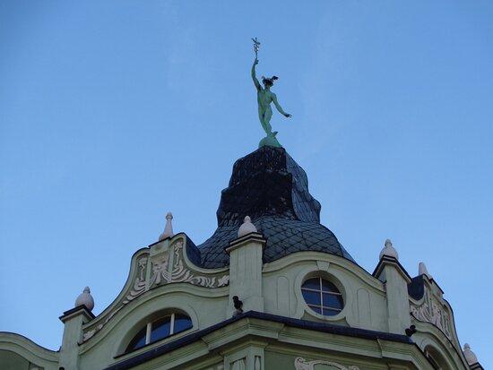 Swidnica, Poland: Pokryta patyną figura Hermesa dominuje nad całą resztą zabudowań .