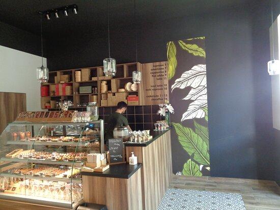 """Swidnica, Poland: Wnętrze manufaktury czekolady jest """"prawdziwie czekoladowe """". Ich  wyroby też takie są . Pitna czekolada z pełnymi orzechami laskowymi nieraz mi się pewnie przypomni ."""