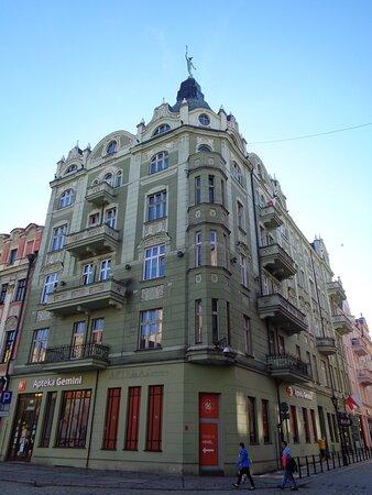 Swidnica, Poland: Napisałem ,że  większe wrażenie niż ratusz zrobiły na mnie rynkowe kamienice . Narożna , secesyjna kamienica [ właściwie Grodzka 1 ] z figurą Hermesa na szczycie dachu wyróżnia się z daleka .