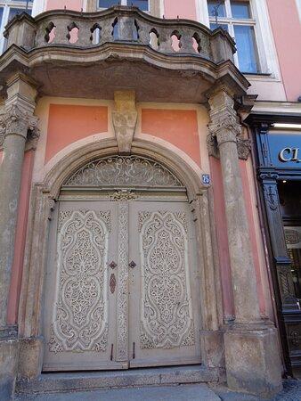 Swidnica, Poland: Rzeżbiona drewniana brama w renesansowej kamienicy Hochbergów [ pod nr 25 ] jest żywym dowodem kunsztu jej wykonawców .