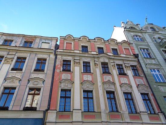 Swidnica, Poland: Na przykładzie sąsiednich kamienic  widać jaki jest ich problem . Z daleka wyglądają dużo lepiej niż z bliska . Potrzeba sporo nakładów  i pracy aby wróciły do pełnej świetności . Dobrze ,że II wojna światowa obeszła się  ze Świdnicą łaskawie .