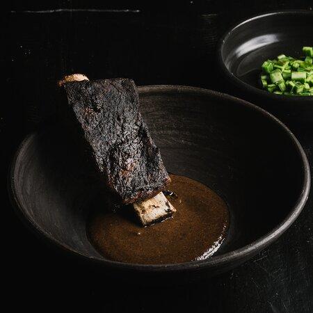 Costilla de res al mojo de ajo negro