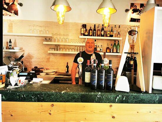 Polesella, Italy: Spaghetteria Clinica dei Sani , il banco bar  con il simpaticissimo titolare .
