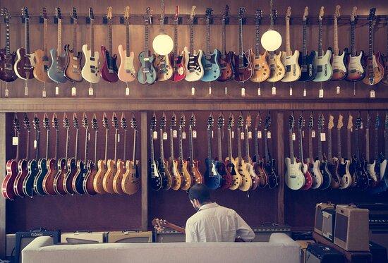 Lexington, MA: The electric guitar wall at TME.
