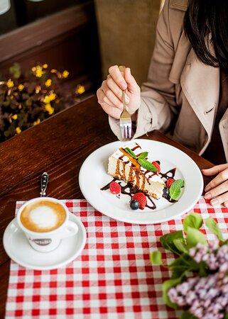 Sernik kremowy z sosem z owoców leśnych oraz kawa